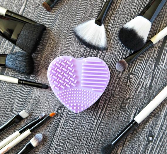 Daiktai palengvinantys gyvenimą: silikoninė širdelė šepetėliams plauti