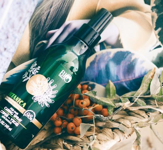 """Apžvalga: """"Botanica"""" plaukų priežiūros purškiklis su bespalve chna ir imbieru"""