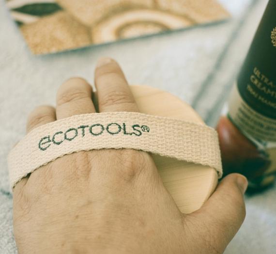 """Apžvalga: apie sausą kūno šveitimą ir """"EcoTools"""" šepetį"""