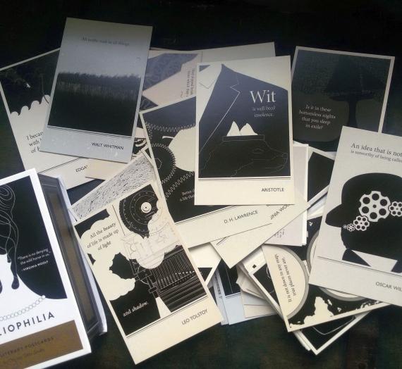 """Apžvalga: ką rasite atvirlaiškių rinkinio """"Bibliophilia : 100 Literary Postcards"""" dėžutėje"""