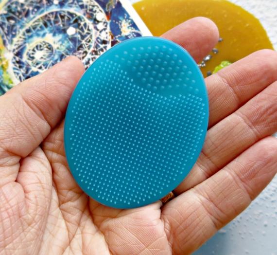 """Apžvalga: """"Alma K"""" silikoninė veido prausimo priemonė"""